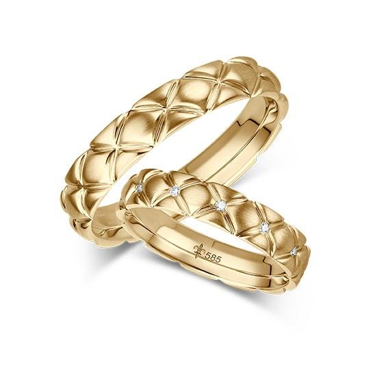 Goldene Eheringe mit Chesterfield-Muster von Trauring-Juwelier Mommen am Neumarkt in Köln
